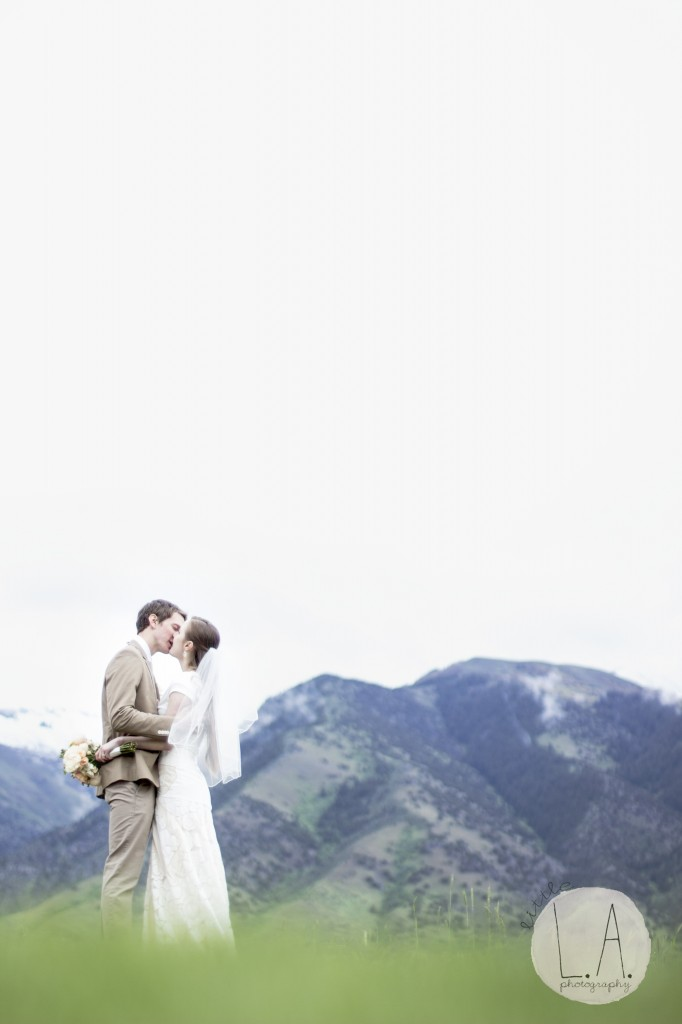 utah wedding outdoors kissing